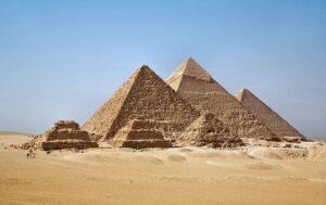 800px-All_Gizah_Pyramids-3