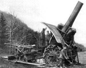 Store Bertha var kallenavnet på de første virkelig store kanonene som rullet ut fra Krupps fabrikker. De to første ble brukt til å bombardere de belgiske fortene ovenfra hvor de var svakest. Bilde: Wikimedia Commons.