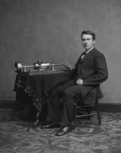 Edison sammen med en annen av sine berømte oppfinnelser: Phonografen (1877), den første maskinen som kunne ta opp og spille av lyd. Foto: Mathew Brady 1878.