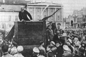 Bolsjeviklederen Lenin taler under et møte i 1920. Han ledet bolsjevikene, de røde kommunistene og marxistene, mot mensjevikene, de hvite konservative, tsartilhengerne og liberale under den russiske borgerkrigen som fulgte etter at de gikk ut av krigen.