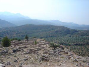 Mellom 1600 og 1100 f.v.t. kontrollerte et folk som talte en form for tidlig gresk, mykenerne, over det greske fastlandet. Her er et oversiktsbilde av ruinene av den gamle hovdstaden Mykene. Foto: Wikimedia Commons, av David Monniaux CC 3.0, navngivelse.