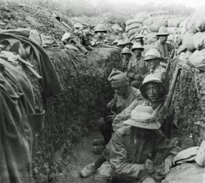 Irske soldater i skyttergrav. Royal Irish Fusiliers ved Gallipoli. Wikimedia Commons.