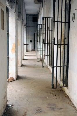 Bilde av en forlatt gang med fengselsceller