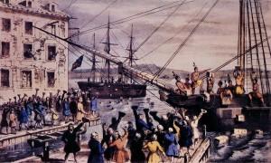 Litografi av Nathaniel Currier 1846 som viser amerikanske kolonister utkledd som indianere i det de kaprer og tømmer et britisk fraktskip for te i 1773. Bilde: ingen lisens grunnet alder.