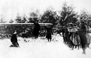 Innen begynnelsen av 1917 hadde nesten en million franske soldater falt i krigen, et enormt tall tatt landets mannlige befolkning på bare 20 millioner i betraktning. Tapene fortsatte å øke og mennene begynte å gjøre opprør mot å bli kastet inn i ingenmannsland for å bli hugget ned av tyske maskingevær. Våren 1917 gjorde nesten halve den franske hæren mytteri. Myndighetene klarte til slutt å gjøre ende på opprørene med harde midler. 629 menn ble dømt til døden, av disse ble 43 til slutt henrettet. Kunnskap om mytteriene ble holdt strengt hemmelig og nådde aldri den tyske hæren. Det er ikke vanskelig å tenke seg konsekvensen av det.