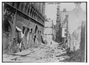 Biblioteket i Leuven slik det så ut etter at de tyske soldatene hadde rasert det i første verdenskrigs innledende fase; angrepet på Belgia. En uerstattelig historisk skatt på over 300.000 tusen bøker bevart fra middelalderen ble brent. Historiske kilder vi aldri kan erstatte. Bilde: Library of Congress, ingen restriksjoner