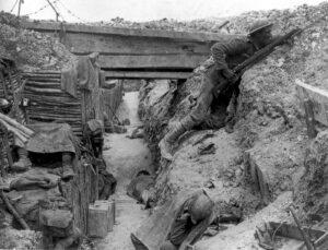 Bildet viser britiske soldater som har kapret en tysk skyttergrav i juli 1916 under slaget ved Somme. Bilde: Imperial War Museum. Ingen opphavsrett. (Fotograf: John Warwick Brooke)
