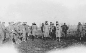 Soldater fra britiske 7. divisjon ved Bridoux-Rouge ute i dødssonen, ingenmannsland, sammen med tyske tropper den 25. eller 26. januar. 1914. Wikimedia Commons.