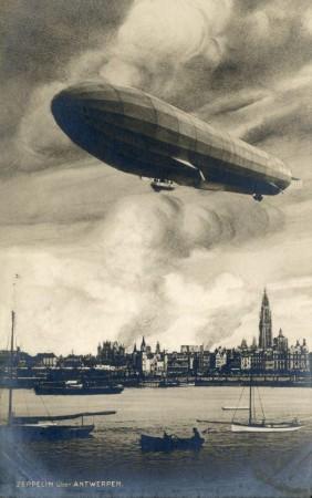 Et historisk bilde av verdens første luftraid. Et tysk Zeppelin, et luftskip, bombet den belgiske byen Antwerpen natt til 25. august 1914. Ingen kjent opphavsrett.