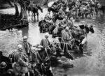 Britiske reservestyrker krysser en elv på hesteryggen underveis til slagmarkene ved Verdun i Frankrike. Wikimedia Commons