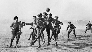"""Et nylig gjenfunnet brev fra den britiske sersjanten Clement Barker forteller om hans opplevelse av den uoffisielle freden julaften 1914: """"En tysker kikket over graven - ingen skudd - våre menn gjorde det samme, og så gikk noen av våre ut og hentet tinn de døde (69) og begravde dem, og det neste som skjedde var at en fotball ble sparket ut av våre skyttergraver og tyskerne og engelskmennene spilte fotball."""""""