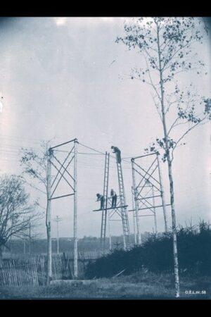 Strekking av en elektrisk kabeli krysset på Sagenei Kristiania 1899. Ukjent fotograf. Kilde: Oslo Byarkiv. CC 3.0-lisens.