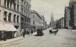 Elektrisk trikk i Akersgaten i Kristiania ca 1906. Kilde: ukjent fotograf, Nasjonalbiblioteket (flickr), Ingen opphavsrett grunnet alder.
