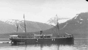 """""""DS Haakon Jarl"""" var et norsk passasjerskip bygget i Göteborg i 1879 som først gikk i kyst- og turisttrafikk for """"Det Nordenfjeldske Dampskibsselskab"""" og senere som hurtigruteskip. Hun sank i 1924 etter en kollisjon i tett tåke med et annet hurtigruteskip mellom Bodø og Svolvær. Bilde: Wikimedia Commons, ingen opphavsrett gr. alder."""