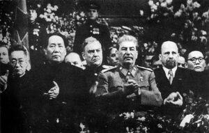 Mao , Stalin og Walter Ulbricht (til høyre) ved Stalins 70-års feiring i Moskva desember 1949. Foto: Wikimedia commons