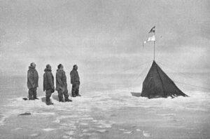 Fra venstre: Amundsen, Hanssen, Hassel og Wisting hilser det norske flagg på polpunktet desember 1911. Bildet er tatt av Olav Bjaaland
