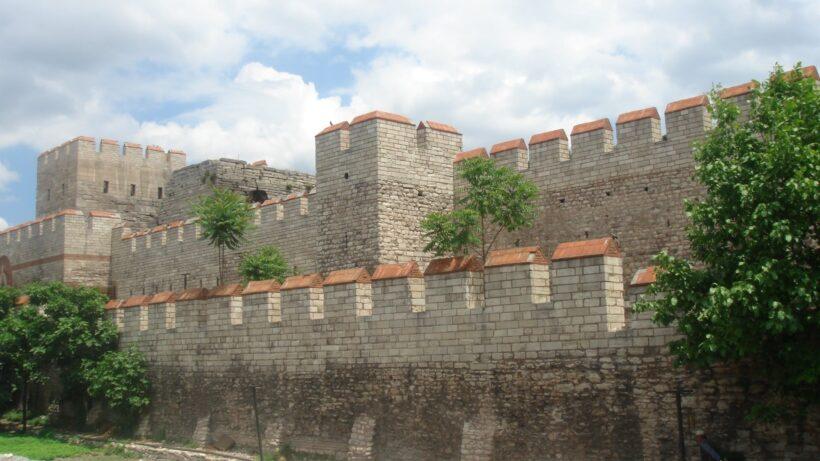 Rehabilitert del av den Theodosiske muren i Istanbul, CC BY-SA 3.0 - wikimedia commons bruker Bigdaddy1204