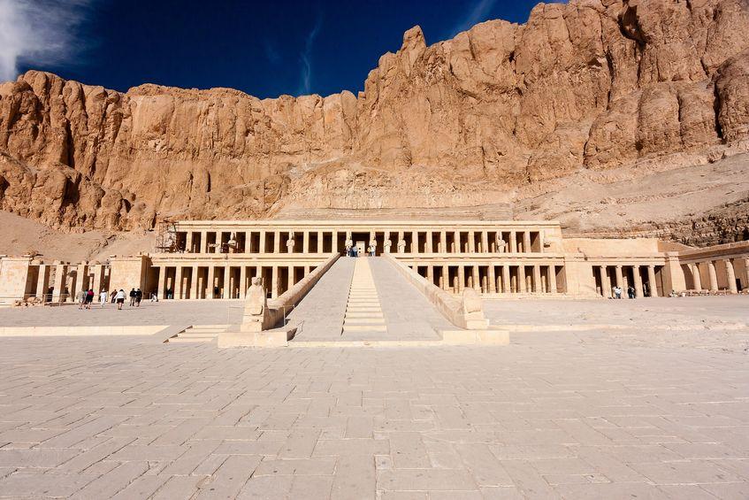 Dronning Hatsepsuts store gravmonument i Deir el-Bahri. Foto: whitcomberd / 123RF Stock Photo