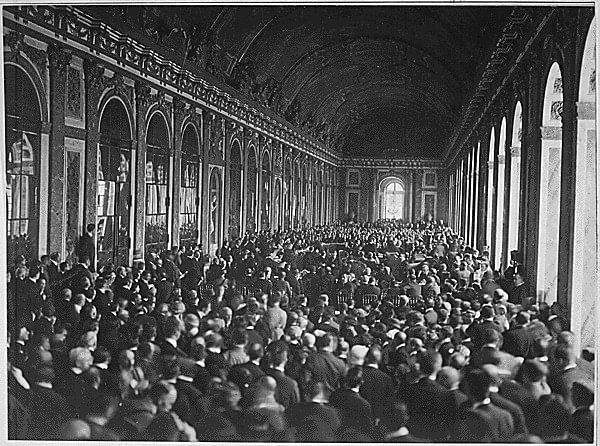 Signeringen av Versaillestraktaten i den berømte speilsalen 28.juni 1919. Bilde: US National Archives, ingen opphavsrett.