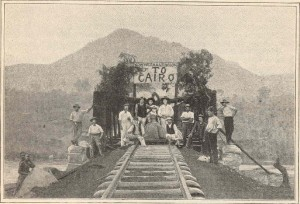 Byggingen av jernbanelinjer som kunne transportere varer, soldater, forsyninger og handelsmenn var en viktig del av koloniseringsprosessen. Muligheten for hurtig transport var et viktig ledd i den europeiske koloniseringsprosessen, enten det var til sjøs eller med jernbane. Bildet over er fra åpningen av den britiske jernbanen over noe som sannsynligvis er Zambesi-elven. Den var en del av et grandiost prosjekt iverksatt av superimperialisten Cecil Rhodes om å bygge en jernbane på britisk jord fra Kapp i sør til Kairo i Nord-Afrika. Bilde: sannsynligvis fra Mc Lure Magazine 1899.