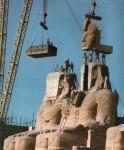 Ramses ansikt blir løftet av den andre statuene ved Abu Simbel i 1964. Det veide 19,6 tonn. Foto: Per-Olow Anderson (1921-1989) Wikimedia Commons