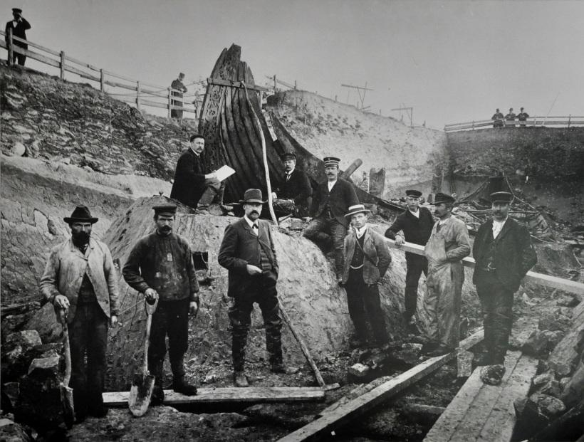 Fra utgravningen av Osebergskipet ledet av arkeologen Gabriel Gustafson i 1904. Wikimedia Commons