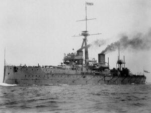 Det berømte slagskipet HMS Dreadnought seilte for første gang i 1906. Den revolusjonerende byggestilen, motorteknologien og våpenutrustningen var med å starte et kappløp til havs om å ha den mektigste og mest moderne marinen.
