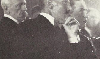 Fridtjof Nansen mottok i 1922 Nobels fredspris for sitt arbeid for Folkeforbundet og Røde kors med utveksling av krigsfanger etter første verdenskrig, hjelp til flyktninger og organiseringen av nødhjelp til Russland under en hungersnød i 1921.