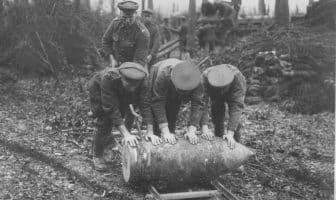 Britiske artillerisoldater ruller en granat med en diameter på 38 cm langs et par jernbanesviller ved Englebelmerskogen under slaget ved Somme 1916.