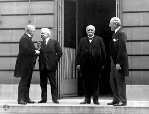 Seierherrene under møtene i Paris 27. mai 1919. Fra venstre: statsministrene David Lloyd George (Storbritannia), Vittorio Orlando (Italia), Georges Clemenceau (Frankrike) og President Woodrow Wilson (USA). Bilde: US Army Signal Corps.