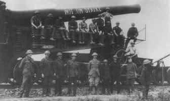 En britisk 12 tommers jernbanekanon. Det er ikke lett å finne ut nøyaktig hvor dette er, men ut fra andre bilder fra det britiske Imperial War Museum er det mest sannsynligvis fra det tredje slaget ved Ypres (Passchendaele) i midten av august 1917. Tapstallene fra dette slaget er svært usikre, de varierer fra 200.000 til over 400.000. På begge sider! Det startet 31. juli og varte til 10. november 1917.