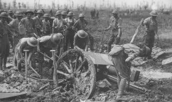 Britiske soldater graver 18 punder ut av gjørmen
