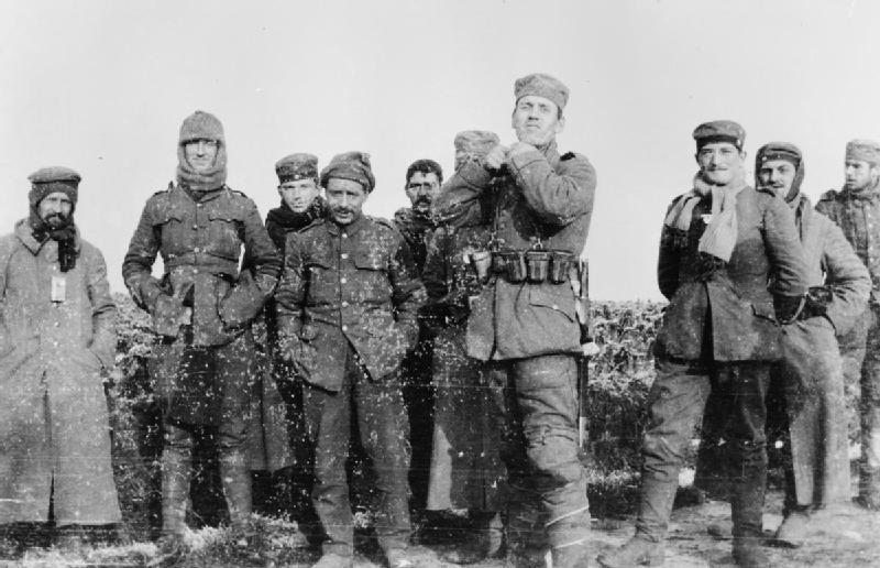 Tyske soldater fra 134. saksiske regiment fotografert sammen med britiske soldater fra Royal Warwickshire Regiment den 26. desember 1914. Foto: Imperial War Museum, ingen opphavsrett.