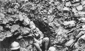 Måneder av gangen i den franske gjørmen tok på både psyke og helse. Likene til deres døde venner eller fiender ble råtnende, stinkende mat for rotter, regnet og fukten gjorde det umulig å holde seg tørr, lopper og lus florerte og sykdommer spredte seg. Føtter som aldri ble tørre utviklet sopp og råte. Livet i skyttergraven var miserabelt på måter vi neppe kan forestille oss i Norge i dag. Foto: Franske soldater fra det 87. regiment ved høyde 304, nordvest for Verdun. (ingen opphavsrett)