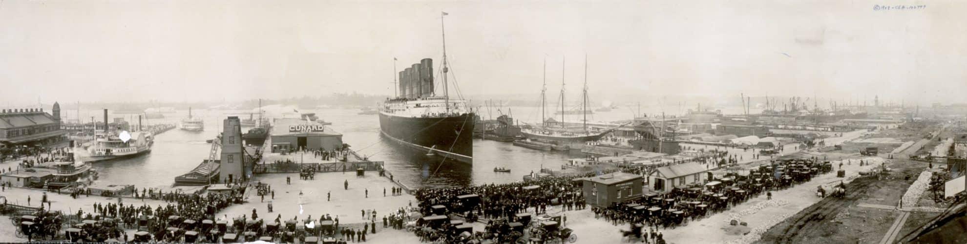 RMS Lusitania var da hun ble sjøsatt i 1907 det største skipet verden hadde sett til da og var med sine 25 knop også det raskeste til å krysse Atlanteren. På vei hjem fra New York, ble hun den 7. mai 1915 torpedert av en tysk ubåt utenfor den sørlige kysten av Irland. Av de 1959 passasjerene om bord, mistet 1195 livet, og av disse var 128 amerikanske statsborgere. Tyskland hadde erklært farvannene rundt hele den britiske halvøyen for krigssone og hadde til og med advart i amerikanske aviser mot å seile med Lusitania. Allikevel ble senkingen av et ikke-militært skip ansett som et brudd på internasjonale regler og protestene fra amerikanerne haglet. Tyskland hevdet på sin side at skipet fraktet våpen og ammunisjon til krigen i Europa og derfor var et legitimt mål. Nesten 90 år senere har moderne undersøkelser av vraket vist at skipet bar minst fire millioner amerikanskproduserte patroner og dermed bekreftet tyskernes mistanker. Bildet over er fra ankomsten i New York i 1907 etter rekordoverfarten fra England. Wikimedia Commons.