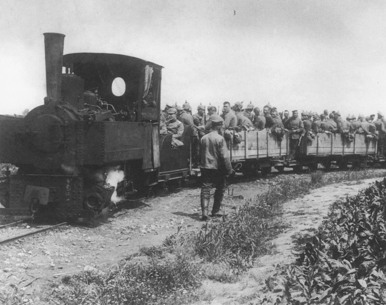 De tyske jernbanene var avgjørende for Tysklands krigføring. De bidro til at landet kunne mobilisere til krig i løpet av et par dager i motsetning til russernes måneder. Under krigen kunne tyskerne forflytte store styrker på kort tid, noe som gjorde den tyske seieren over russerne ved Tannenberg mulig. Etter hvert som krigen ble mer og mer stillestående bidro jernbanen til at begge sider kunne stoppe mulige gjennombrudd ved å raskt forflytte styrker fra andre deler av fronten for å stoppe fienden på stedet, og bidro dermed også til frontlinjenes stilstand over tid. Les mer: The Role of Railways