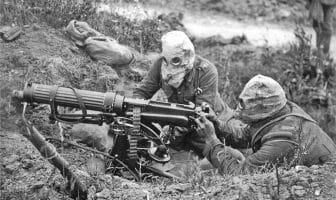 Et britisk maskingeværlag med såkalte anti-gass hjelmer nær Ovillers under slaget ved Somme, juli 1916. Geværet er et såkalt vannkjølt Vickers-gevær som krevde totalt seks til åtte mann å bære og bruke. Skytteren på bildet har en vattert jakke som tillater han å løfte opp geværet og bære det på armen mens det fortsatt er varmt. WIkimedia Commons.