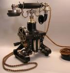 Ericssons modell fra 1884, også kalt Eiffeltårnet i Norge, var verdens første bordtelefon med rør som man kunne løfte opp og både snakke inn i og lytte til. Bilde: Holger.Ellgaard. CC 3.0 lisens, Wikimedia Commons