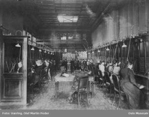 Christiania Telefonselskabs telefonsentral før 1900. Bilde: Olaf Martin Peder, Oslo Museum - Byhistorisk samling, Creative Commons 3.0-lisens