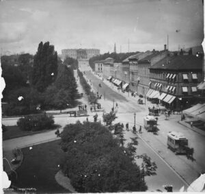 Sporvogn trukket av hester på Karl Johans gate. Bildet er tatt en gang mellom 1880 og 1890, altså før den elektriske trikken gjorde sitt inntog i 1894. Kilde Nasjonalbiblioteket/Wikimedia Commons. Ingen opphavsrett.