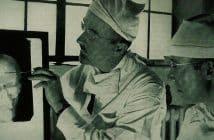 Dr. Walter Freeman (til venstre) og Dr. James W. Watts studerer et røntgenbilde av skallen til en pasient før en lobotomioperasjon. Bilde: Harris Ewing, i Saturday Evening Post, 24. mai 1941. Ingen opphavsrett/wikimedia Commons