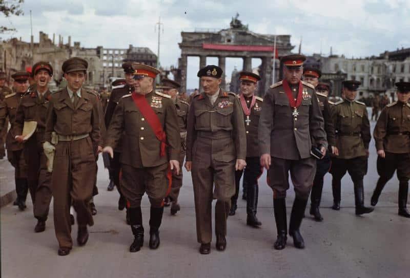 Den gang allierte generalene Montgomery og Sjukov spaserer ved Brandenburger Tor 1945
