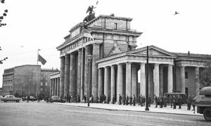 Brandenburger Tor søndag 13. august sett fra Øst-Berlin