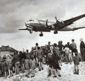 Transportfly lander ved Tempelhof flyplass 1948