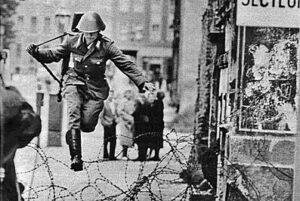 Grensevakt Conrad Schumann i det han hopper over piggtråden og inn i Vest-Berlin