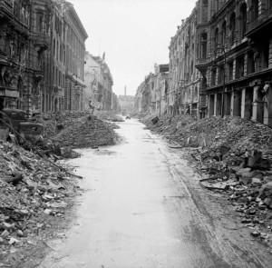 Sønderskutt gate ved Unter den Linden Juli 1945