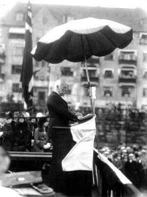 Fridtjof Nansen taler for Fedrelandslaget i Bergen, 1929. Bilde: Atelier KK, Universitetet i Bergen
